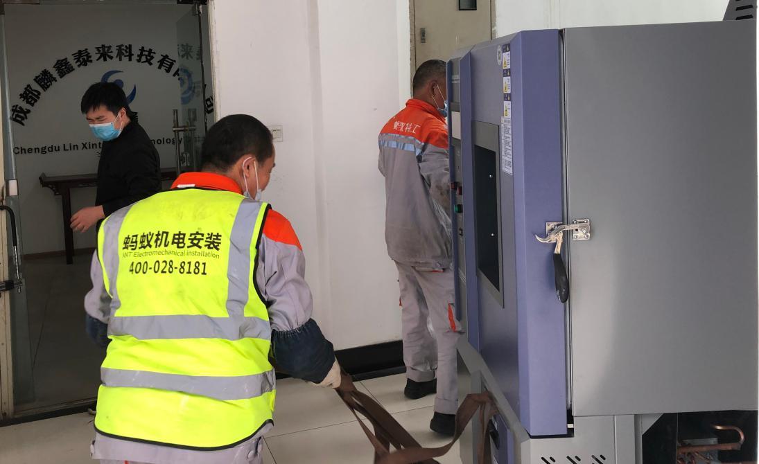 前往成都麟鑫泰来科技为高低温湿热老化箱进行交机